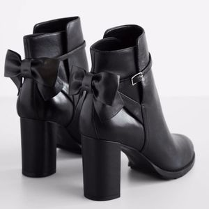 BANANA REPUBLIC BLACK LEATHER ANKLE BOOTS WITH BOW